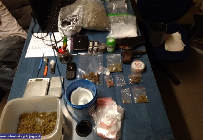 Ukrywał ponad 2,6 tys. porcji narkotyków inielegalną broń