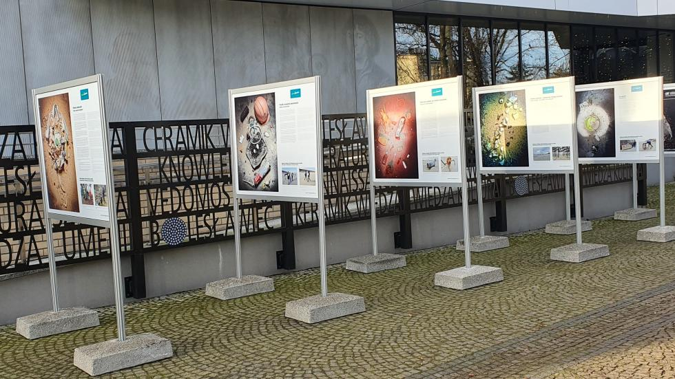"""Miejskie Centrum Edukacji Ekologicznej zaprasza dooglądania plenerowej wystawy """"Mniej plastiku"""""""