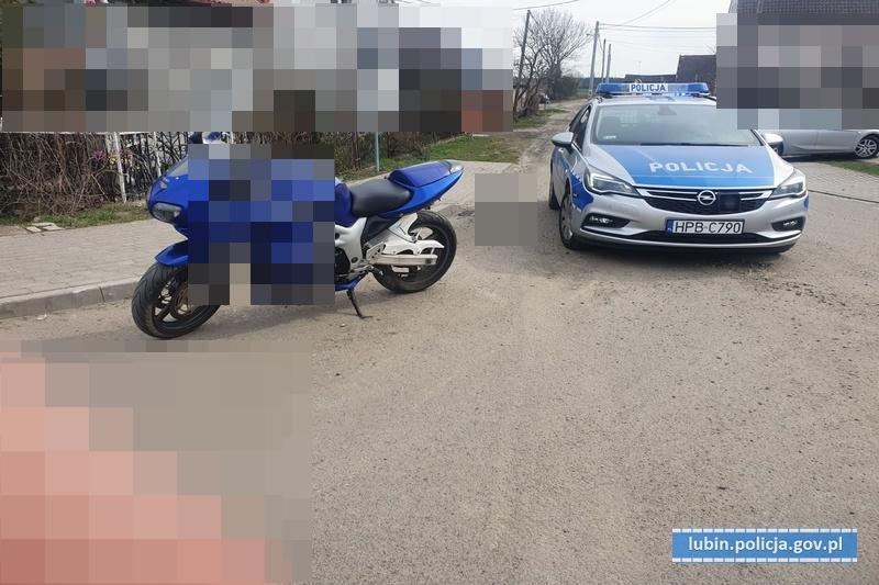 Uciekał policjantom na motocyklu icelowo uszkodził radiowóz